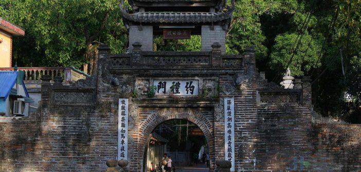 The gate of Uoc Le village