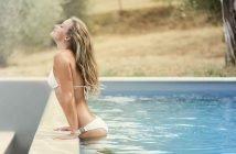 Kem chống nắng có dạng lotion, xịt, gel có khả năng hấp thụ hoặc phản xạ các bức xạ tia cực tím (UV)