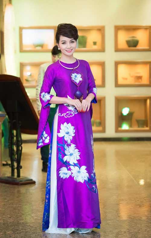Tà áo dài truyền thống Việt Nam mang những ý nghĩa thuần túy, tôn vinh vẻ đẹp người phụ nữ
