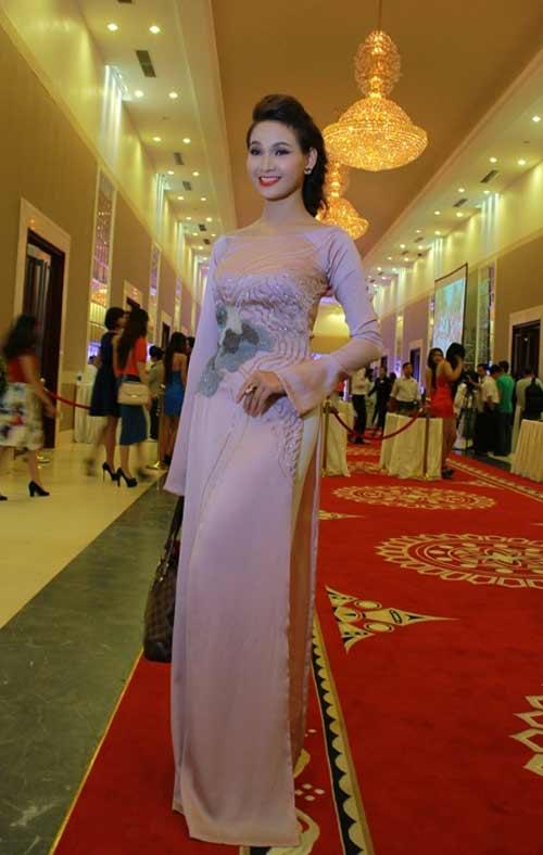 Với những tà áo dài truyền thống, cổ áo thường may không quá ba phân, được xem là kiểu cổ đặc trưng về áo dài.