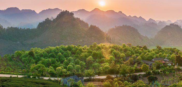 Bình minh trên một xóm thuộc xã Tân Lập, Mộc Châu, Sơn La