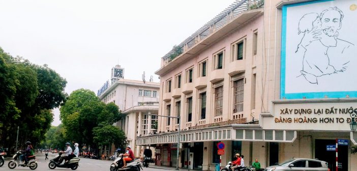 Dinh Tien Hoang street starts from Dong Kinh Nghia Thuc Square to crossroad of Trang Tien street – Hang Khay street – Hang Bai street.